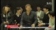 Японские школьницы заставили принца Гарри покраснеть