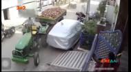 Пекельний трактор: індійський тракторист через неуважність розтрощив вулицю