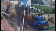У Бразилії вантажівка із цеглою пробила сцену наскрізь та поїхала геть