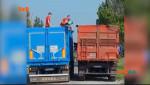 На Миколаївщині далекобійник пересипав товар з фури у відра, через штраф за перевіс вантажу