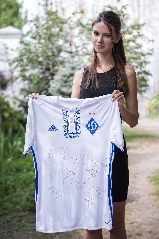 Ведуча Профутбол Олександра Лобода представляє новий лот аукціону