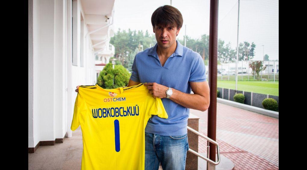 Олександр Шовковський передав Олександрі Лободі футболку для благодійного аукціону