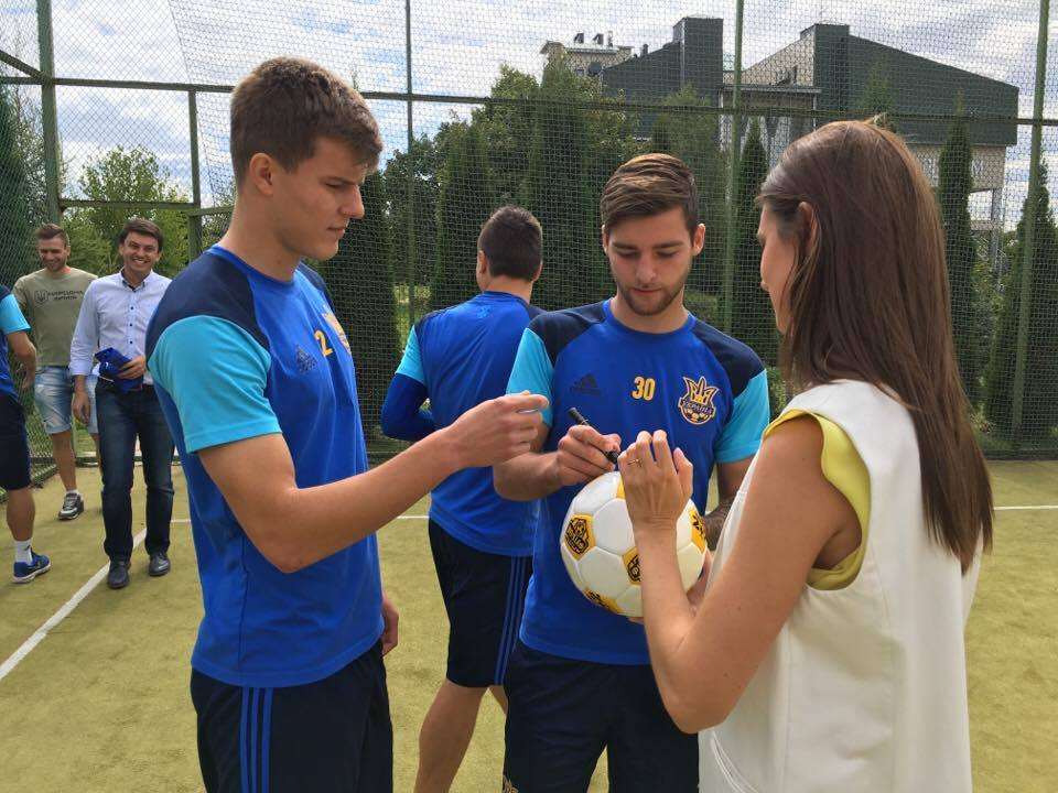 М'яч з автографами гравців збірної України