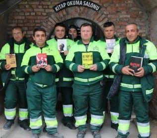 """Турецькі сміттярі зібрали бібліотеку із """"врятованих"""" книг"""