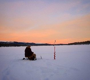 Українські рибалки не бояться тонкої криги