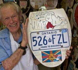 Американський дідусь створює витвори мистецтва з кришок для унітаза