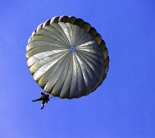 На Дніпропетровщині пенсіонерка стрибнула з парашутом