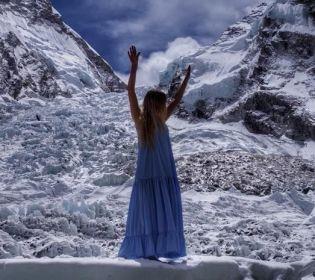 Українка організувала яскраву фотосесію у сукні на Евересті