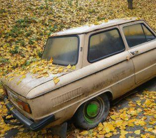 Двори українських міст захаращують тисячі покинутих власниками машин