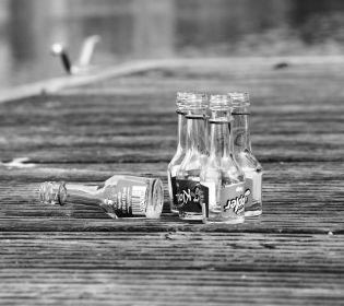 В Запоріжжі п'яна жінка переповзала трасу і тягла за собою дитину
