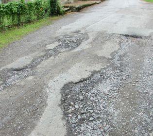 Сам собі Автодор: на Київщині чоловік сам відремонтував аварійну дорогу