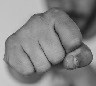 У Житомирі шестеро чоловіків влаштували криваву бійку через дівчину