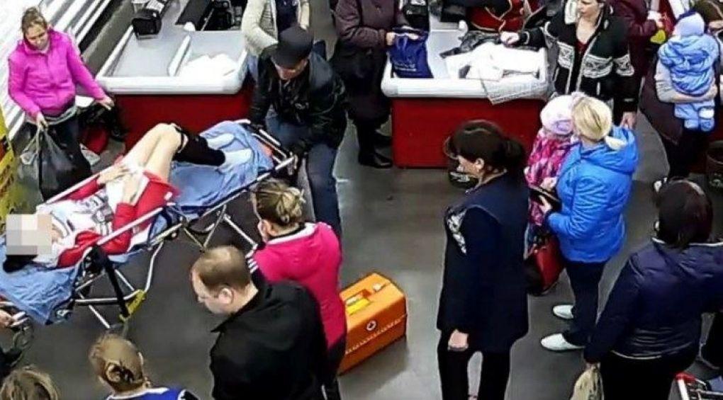 В России женщина родила на кассе супермаркета