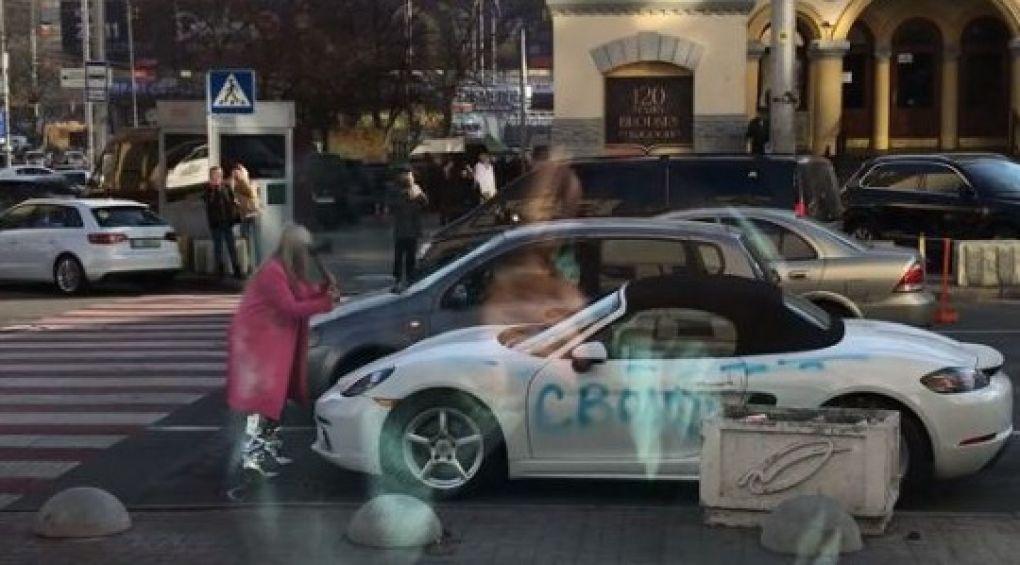В Киеве блондинка изрубила топором Porsche за 2 млн гривен