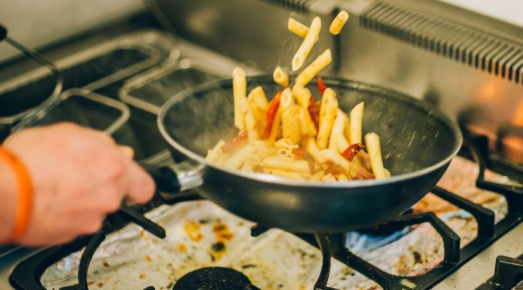Как готовить на сковороде и не мыть после этого плиту