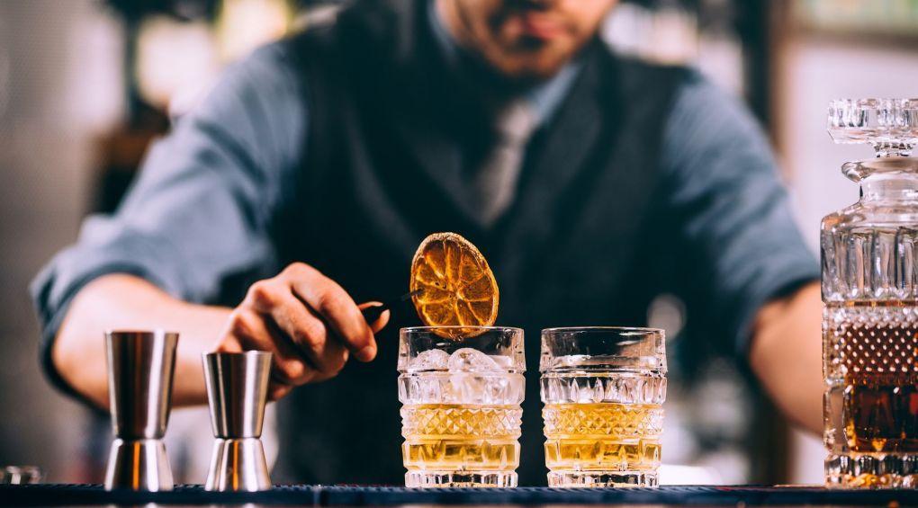 9 способов не оставить всю свою зарплату в баре
