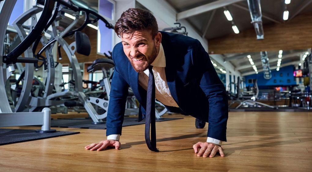 Як накачати м'язи, не встаючи з робочого місця