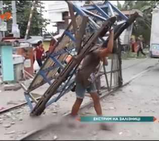 12-річний філіппінець щодня піддає своє життя небезпеці, аби заробити на їжу