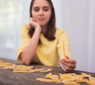 Вчені вирахували розмір безпечної порції картоплі фрі: любителі фаст-фуду в шоці
