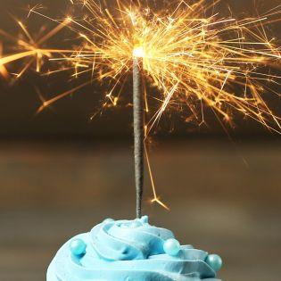 ТЕТ піднімає келих шампанського на честь дня народження