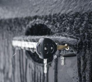 10 способів як відкрити замерзлі дверцята автомобіля