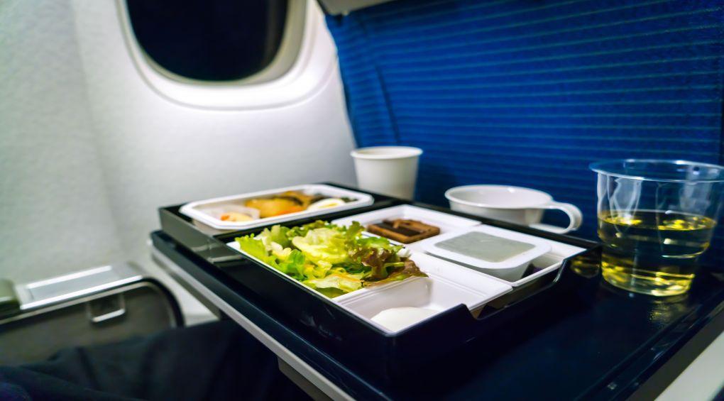 Чому їжа в літаку дивна на смак?