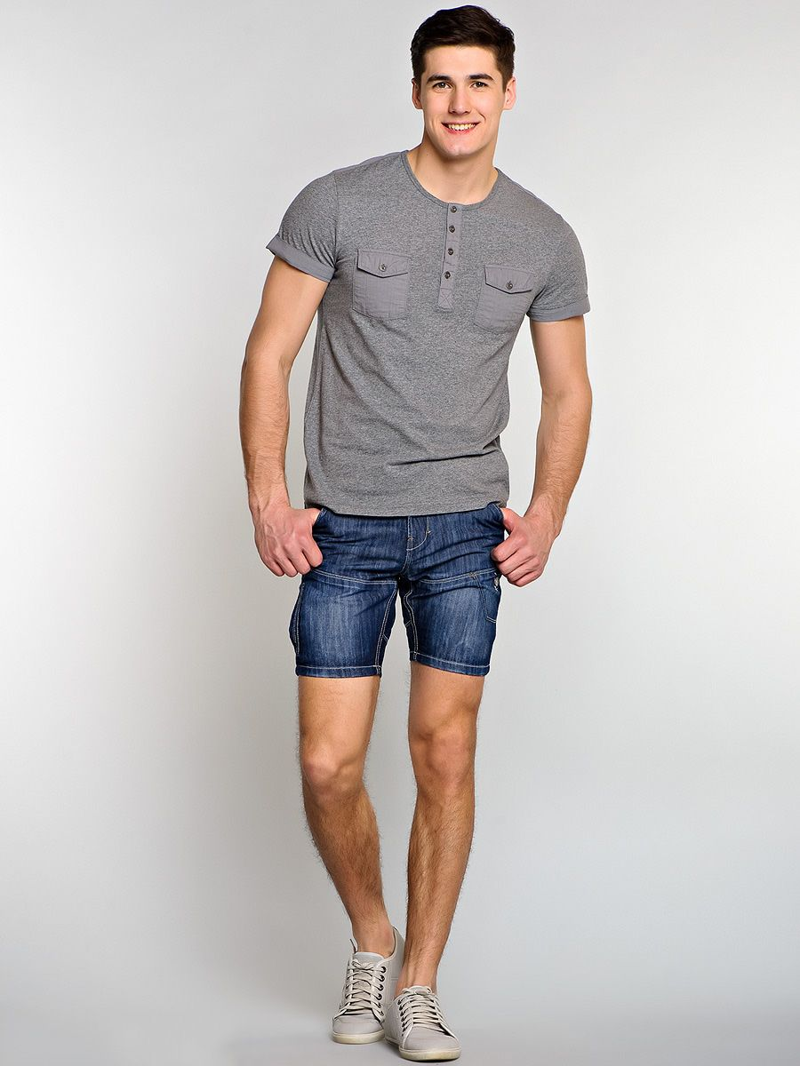 чоловік в коротких шортах