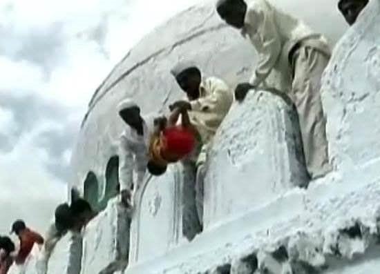 сбрасывание младенца со стены в Индии