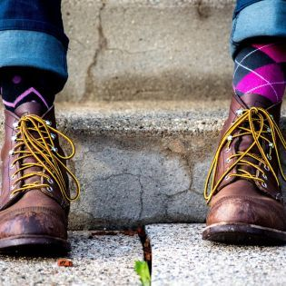 Червоні, жовті та смугасті: Cьогодні весь світ одягає різні шкарпетки