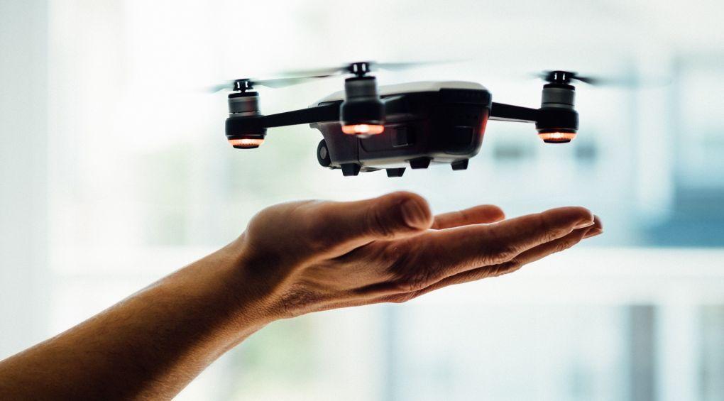Немецкие инженеры создали «летающего» официанта (Видео)