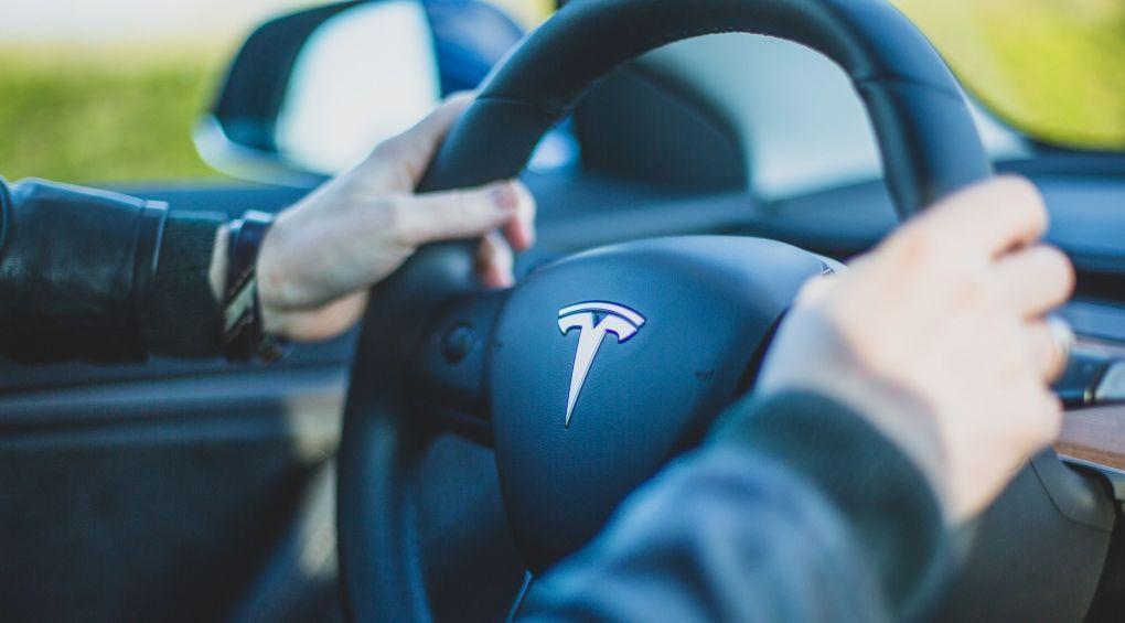 Tesla представила електромобіль з веганським салоном