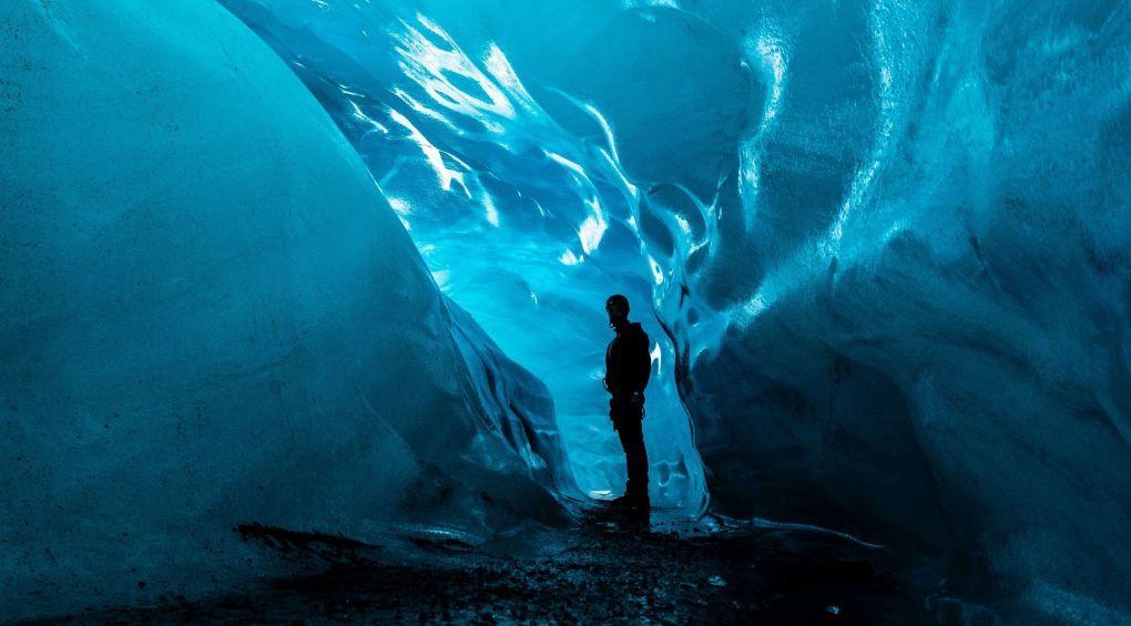 Фантастика: Украинские полярники нашли в Антарктиде ледниковую пещеру (фото)