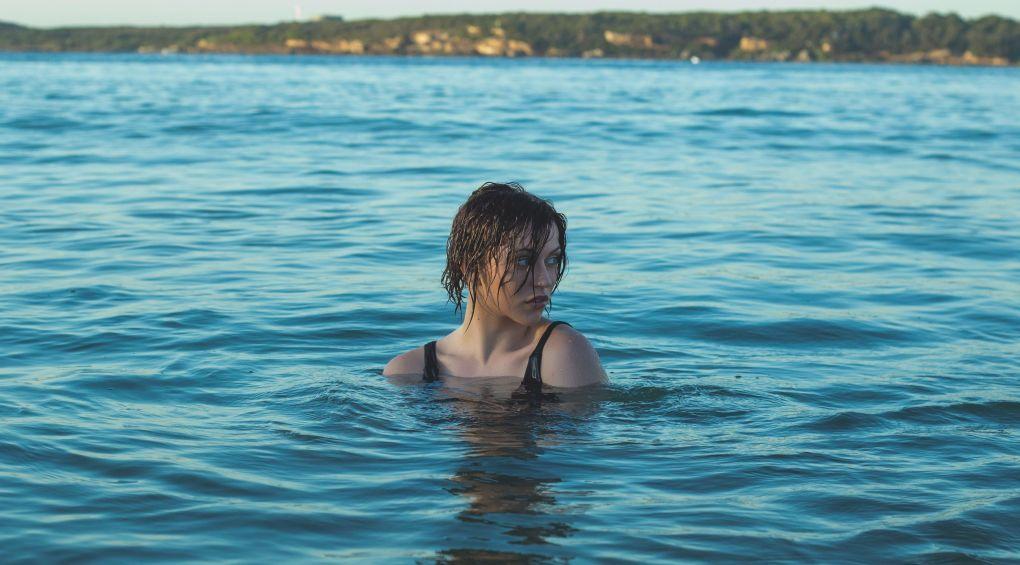 Американскую пловчиху лишили «золота» за слишком откровенный купальник