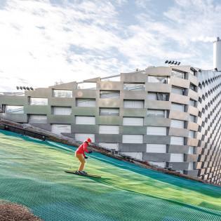 На крыше датского мусоросжигательного завода запустили горнолыжный курорт (видео)