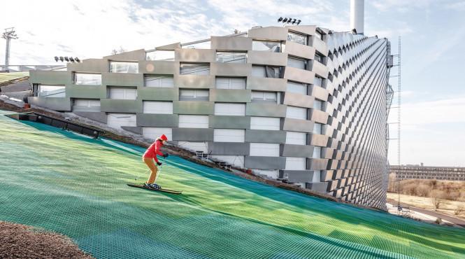 На даху данського сміттєспалювального заводу запустили гірськолижний курорт (відео)