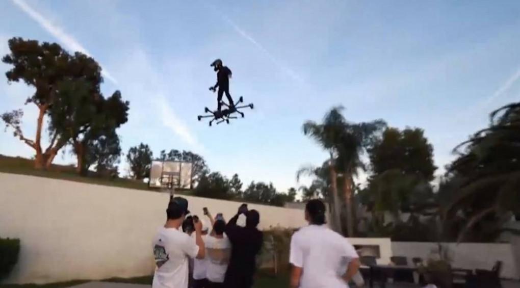 Мужчина летал по улицам Америки на сверхмощном ховерборде