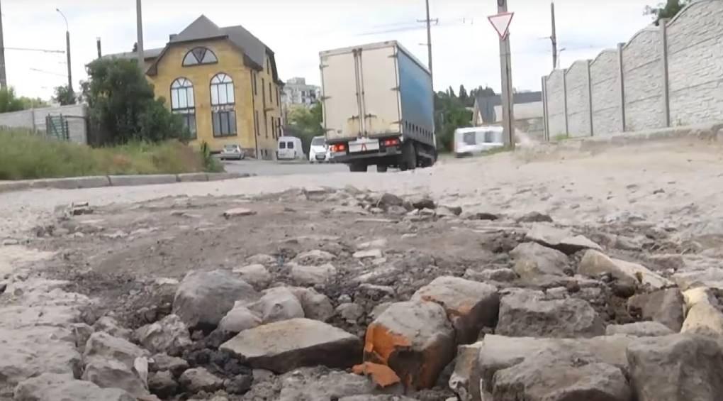 Дорожный знак с откровенной просьбой о ремонте дороги