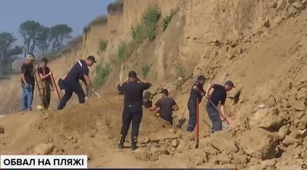 На одеському пляжі брила впала на місце, де засмагала жінка