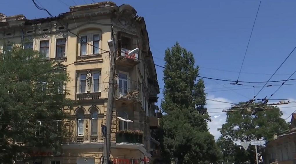 В Одесі з даху старовинної будівлі перед обличчям жінки впала кам'яна брила