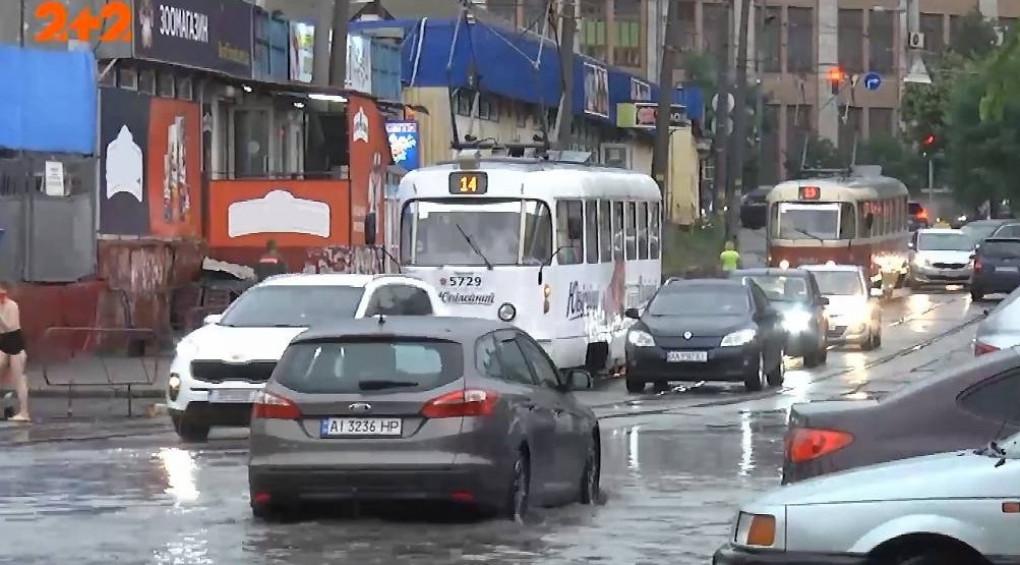 Плаваючий Київ: вулиці столиці перетворилися на річки та озера