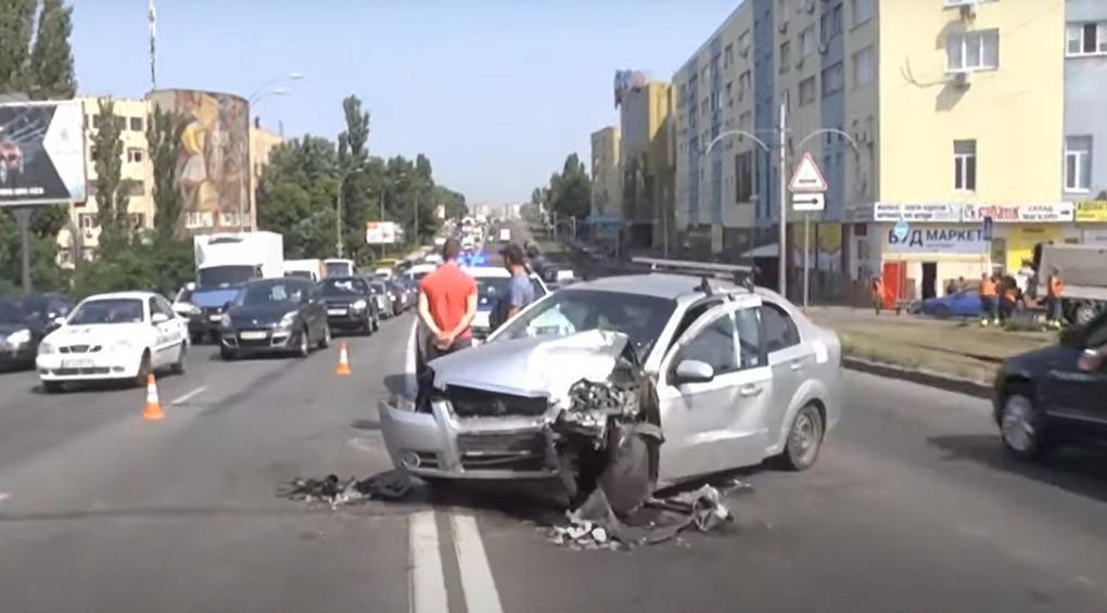 Тройная авария заблокировала одну из главных дорог столицы: виновник сбежал