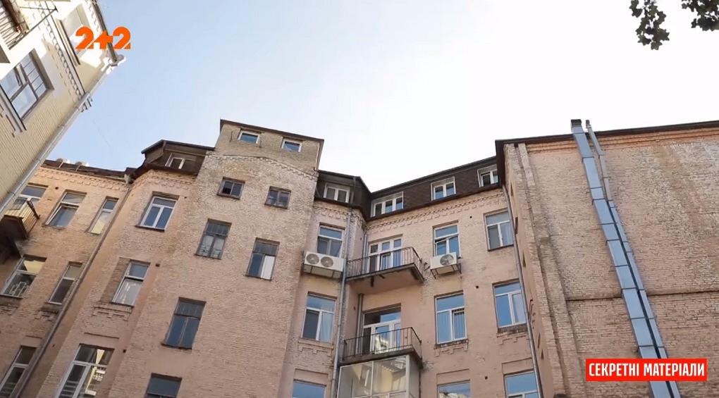 Шість років страждань: на даху посеред Києва облаштували нелегальний хостел