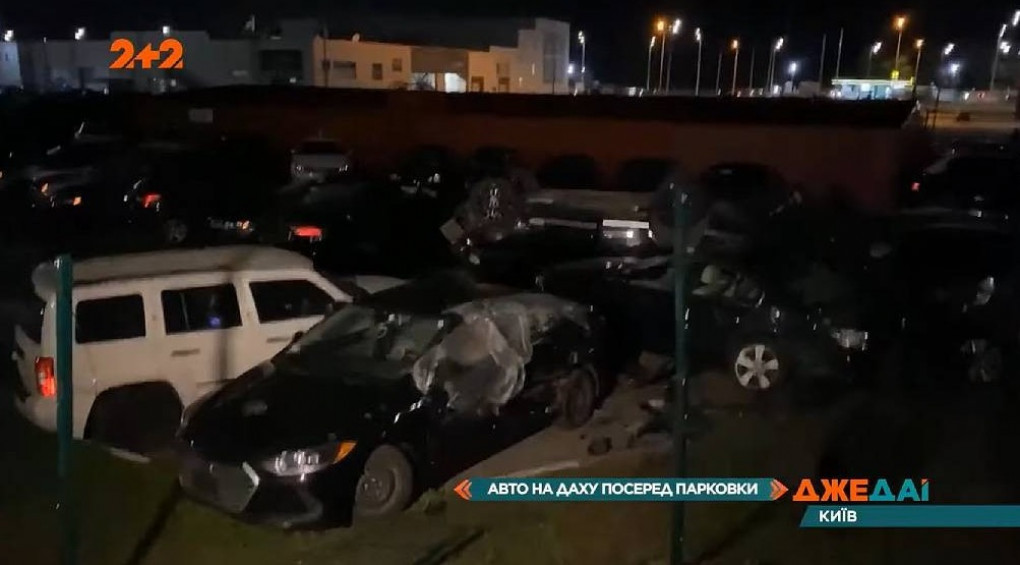 Запаркувалася на дах: водійка Range Rover не впоралася з керуванням і влетіла у парковку