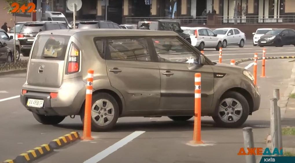 На Бессарабке обустраивают велодорожку: почему автомобилисты сломали резиновые ограждения?
