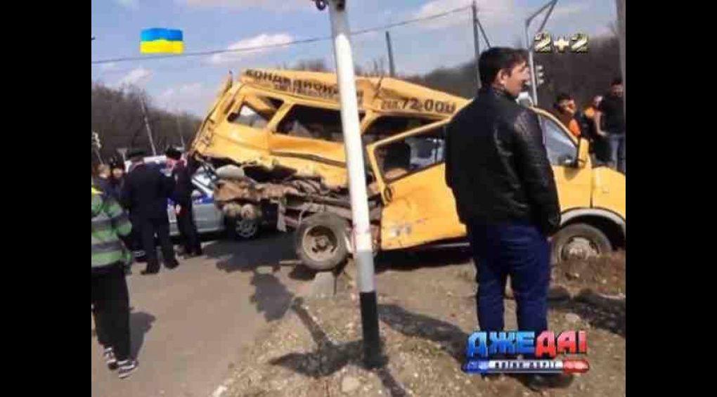 """Вантажівки з """"гумконвоем"""" в Росії протаранили маршрутку"""