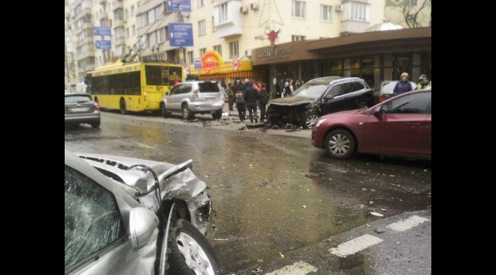 Київський гонщик на Мерседесі атакував тролейбус