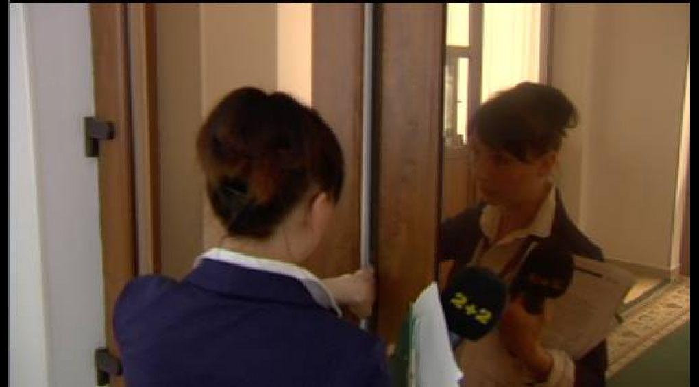 """Прес-секретар прокуратури Хмельницького нанесла травму журналістці програми """"Люстратор 7.62"""""""